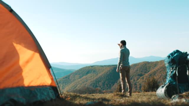 Mann stehen und blickte in Ferne oben auf dem Berg