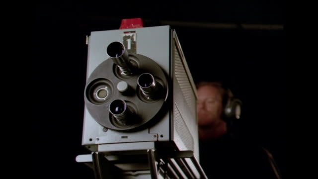 stockvideo's en b-roll-footage met la cu man standing behind 1960s film camera with lens turrets / los angeles, ca, usa - alleen één mid volwassen man