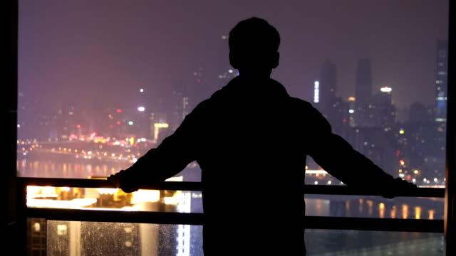 人間立って見て市夜 - standing点の映像素材/bロール
