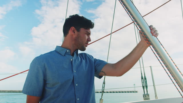 ボートに立っている人 - ヨットセーリング点の映像素材/bロール