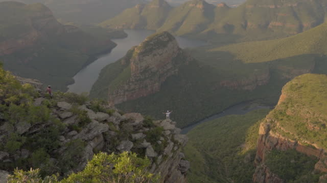 man standing on the edge of the blyde river canyon - blyde river canyon stock videos and b-roll footage