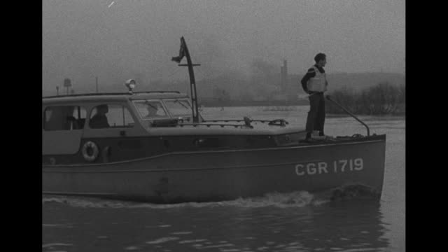 vídeos de stock, filmes e b-roll de man stands upon boat cruising on flood waters of the ohio river / note exact day not known - passear sem destino