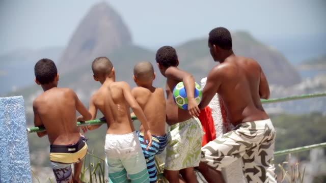 vidéos et rushes de man stands with kids overlooking rio de janeiro and sugarloaf mountain - famille avec quatre enfants