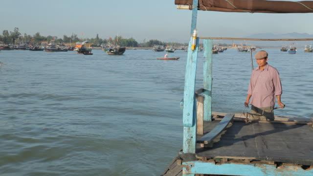 ws man steering his boat in water / vietnam - schiebermütze stock-videos und b-roll-filmmaterial