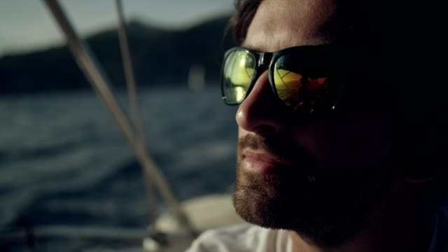 man steuert die yacht - matrose stock-videos und b-roll-filmmaterial