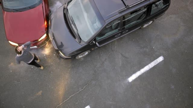 ld-mann aus seinem auto nach kollision und beurteilung der schäden mit den anderen treiber - unfall ereignis mit verkehrsmittel stock-videos und b-roll-filmmaterial