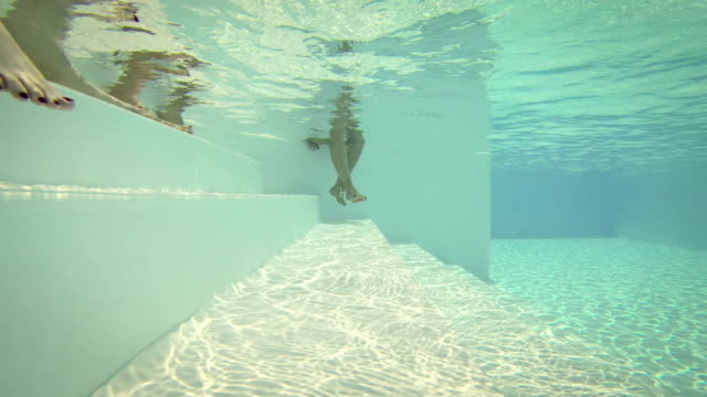 vídeos de stock, filmes e b-roll de homem degraus, escadas e mergulho debaixo d'água - mover para baixo