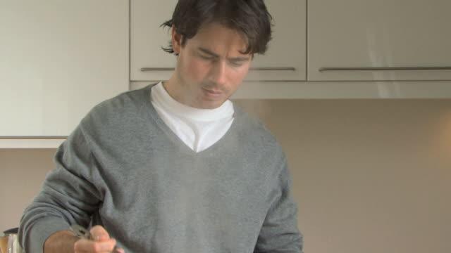 man straining spaghetti, eating a strand, uk - essen zubereiten stock-videos und b-roll-filmmaterial