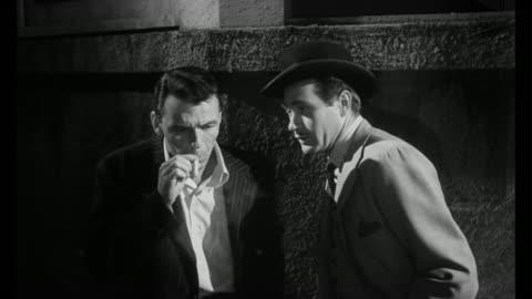 vidéos et rushes de 1955 man (frank sinatra) struggles not to accept an offer from his former drug dealer - 1955