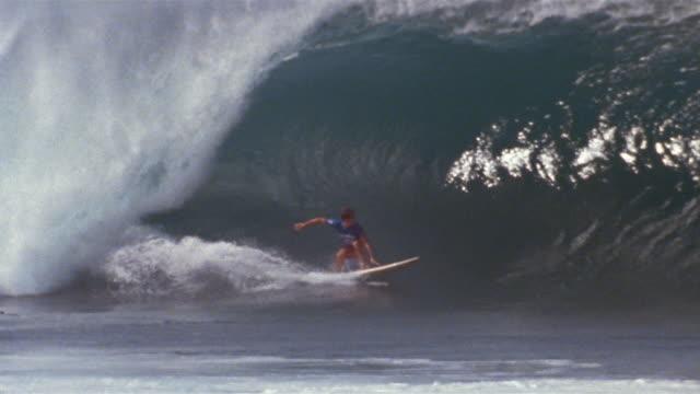 vídeos de stock, filmes e b-roll de sm ws man surfing down and into pipeline wave/ oahu, hawaii - pipeline wave