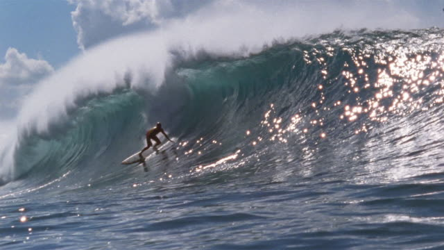 vídeos de stock, filmes e b-roll de sm ws man surfing down front of wave and into pipeline as it forms/ oahu, hawaii - pipeline wave