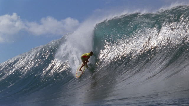 stockvideo's en b-roll-footage met sm ws man surfing down into wave, then riding inside pipeline/ oahu, hawaii - oahu