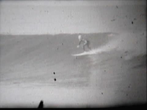 vídeos de stock, filmes e b-roll de man surfing in the sea - menos de 10 segundos