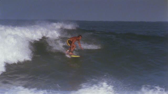 ws pan man surfing large wave/ puerto escondido, mexico - falla av bildbanksvideor och videomaterial från bakom kulisserna