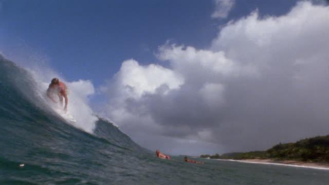 sm ws pan man surfing large wave toward camera before wave crashes down on him/ oahu, hawaii - falla av bildbanksvideor och videomaterial från bakom kulisserna