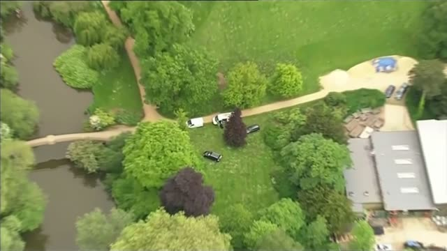 vidéos et rushes de man suspected of murdering family found dead by police oxfordshire police vehicles outside park during manhunt for allen - oxfordshire