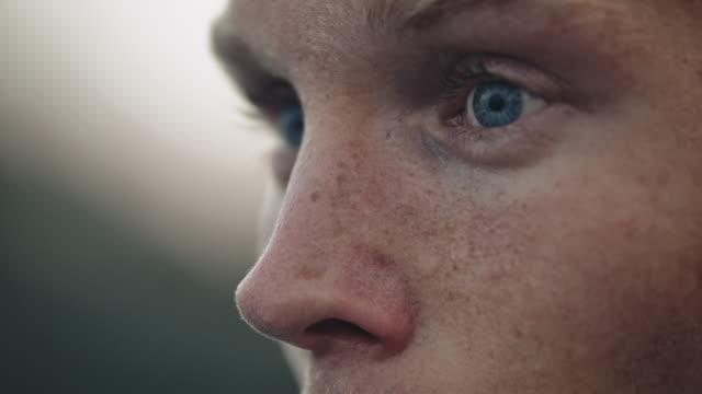mann schwitzt und atmet nach dem rudern tief durch - film filmtechnik stock-videos und b-roll-filmmaterial