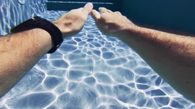 Mann POV in einem Schwimmbad schwimmen: Sommer relax