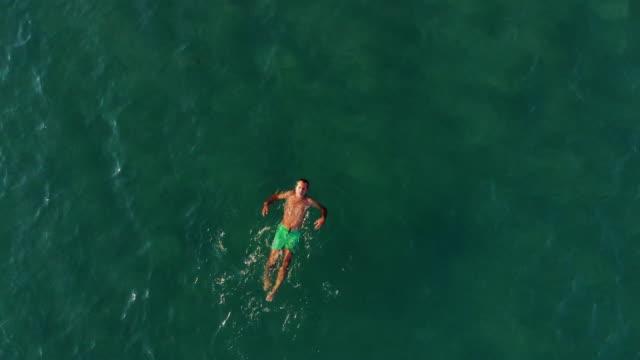 vidéos et rushes de homme nager dans la mer égée - image dépouillée