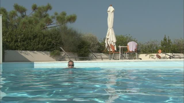 stockvideo's en b-roll-footage met ms ha man swimming in pool, rome, italy - buitenbad