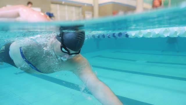 Homme natation longueurs dans une piscine