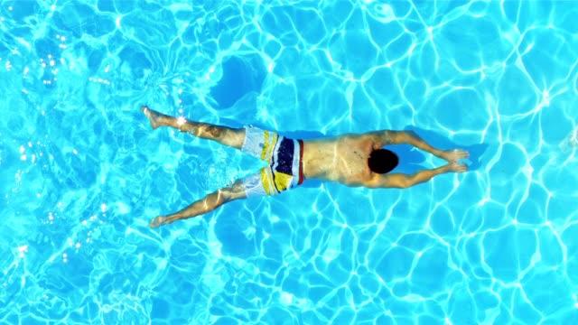 Mann Schwimmen unter Wasser im pool