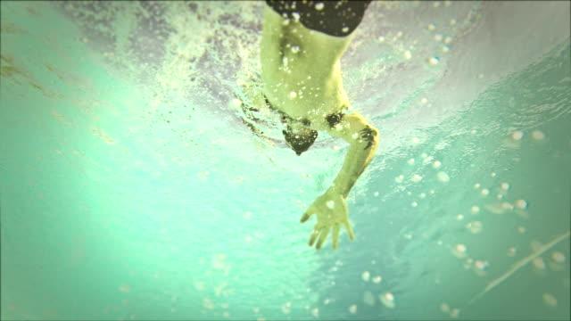 男性スウィミング: 水中の眺め - 無呼吸点の映像素材/bロール