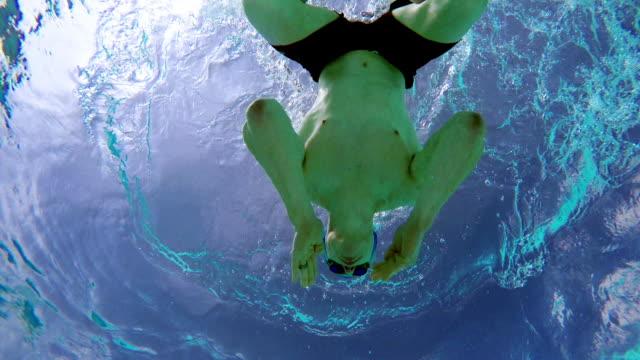 vídeos de stock, filmes e b-roll de man swimming - só um adulto de idade mediana