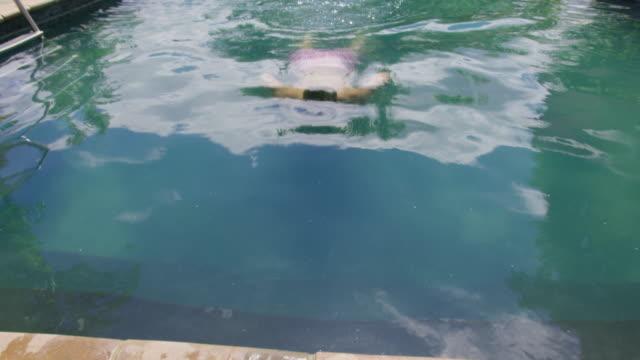 man swimming - piscina pubblica all'aperto video stock e b–roll