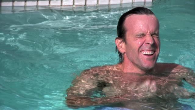 man swimming - utebassäng bildbanksvideor och videomaterial från bakom kulisserna