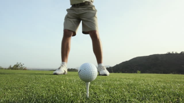 vidéos et rushes de ms man swinging golf club / palma de mallorca, mallorca, baleares, spain - balle de golf