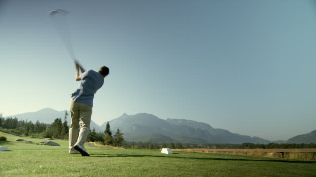 vídeos de stock, filmes e b-roll de ws pan man swinging golf club / squamish, british columbia, canada. - golfe