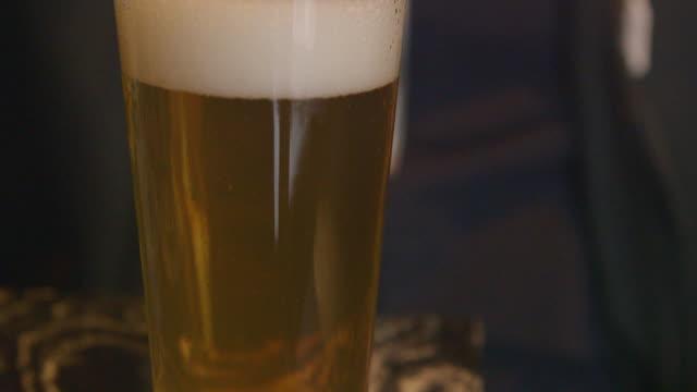 vídeos y material grabado en eventos de stock de a man takes a sip of beer - sólo hombres jóvenes