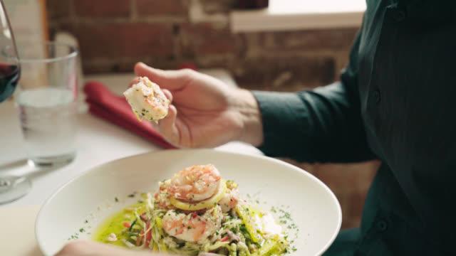 vídeos y material grabado en eventos de stock de hombre toma bocado delicioso - italian food