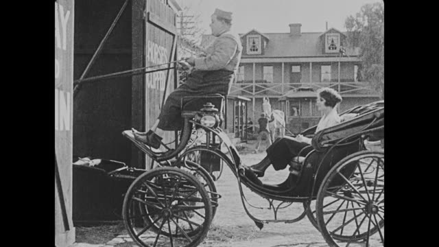 vidéos et rushes de 1918 man (fatty arbuckle) takes miss cutie cuticle (alice lake) for a ride in a horse carriage - voiture attelée