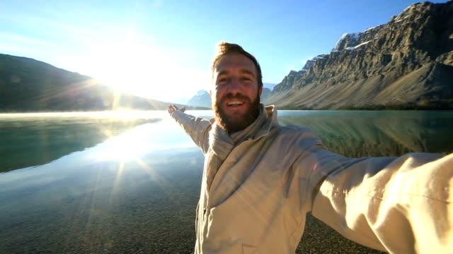 Uomo prende selfie Ritratto di splendido paesaggio di montagna
