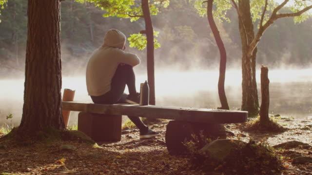 vídeos de stock, filmes e b-roll de homem que toma uma ruptura de café ao ar livre - plena consciência