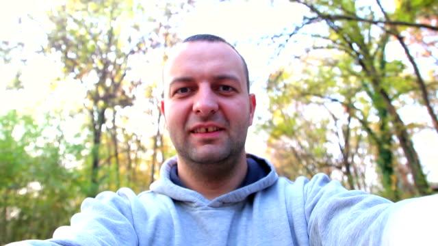 man た自分撮りに公園 - 自画像点の映像素材/bロール