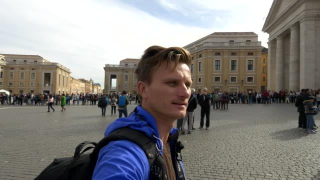 Man neemt een selfie op St. Peter's Square in Vaticaan