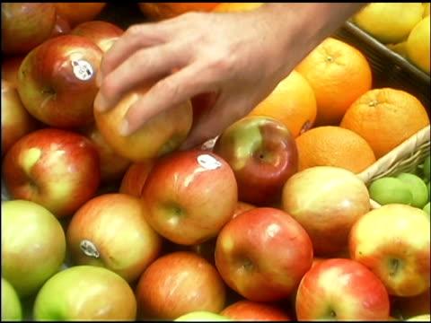 vidéos et rushes de man taking apples in grocery store - un seul homme d'âge mûr