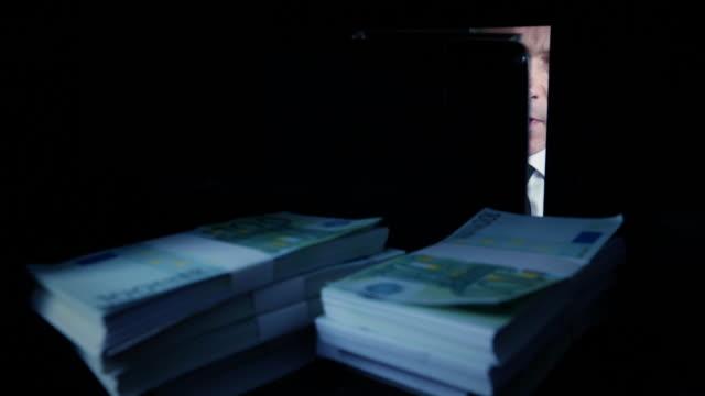 POV hombre sacar Euros de una caja fuerte