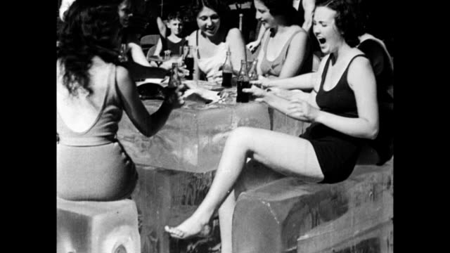 vidéos et rushes de man taking his hat off and wiping his brow / outdoor thermometer showing 102 degrees / coney island beach-goers, crowds on beach / girls' behinds... - fesses