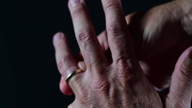 man taking off wedding ring. - 結婚指輪点の映像素材/bロール
