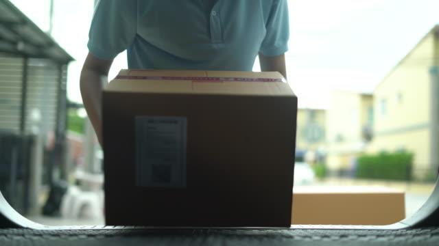 mann nimmt die pappkartons aus auto - entladen stock-videos und b-roll-filmmaterial