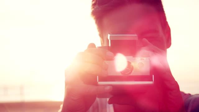 uomo che scatta una foto - polaroid video stock e b–roll