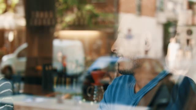 Mann im café
