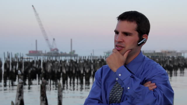 vídeos de stock e filmes b-roll de ms man talking on bluetooth / portland, me, united states - camisa e gravata