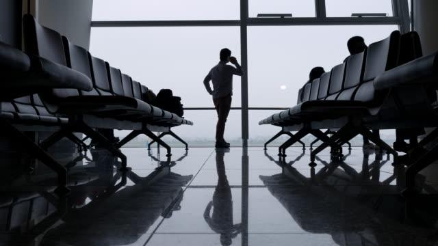 Menschen reden über Handy am Flughafen-gate