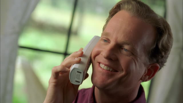 vídeos de stock e filmes b-roll de cu man talking on cordless phone / johnson city, texas, usa - telefone sem fio