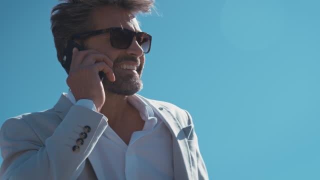 mann redet mit handy - herrenhaus stock-videos und b-roll-filmmaterial